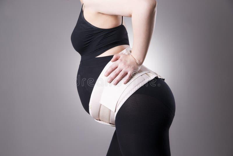 Jeune femme enceinte caucasienne avec la ceinture orthopédique de soutien image stock