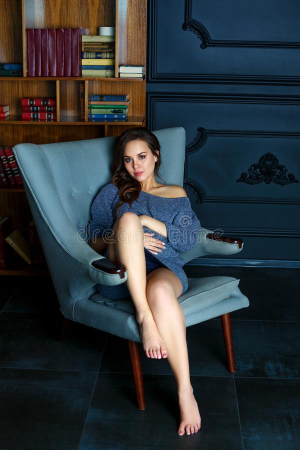 Jeune femme enceinte s'asseyant dans une chaise photos libres de droits