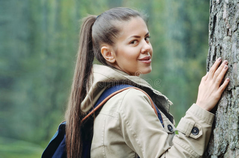 Jeune femme enjoing et découvrant la nature dans la forêt, lifest image stock