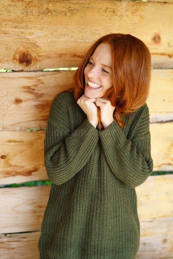 Jeune femme enthousiaste attendant d'avance photos libres de droits