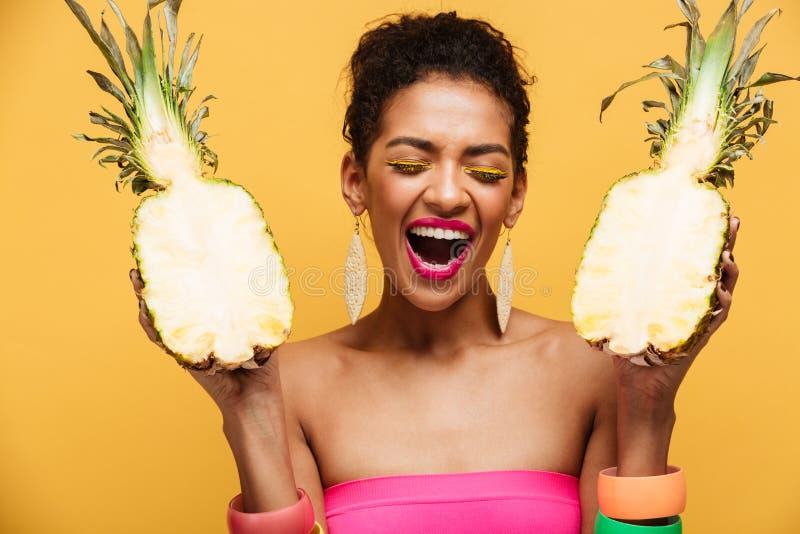 Jeune femme enthousiaste avec la coiffure Afro et HOL coloré de maquillage images libres de droits