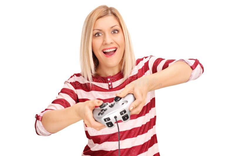 Jeune femme enthousiaste jouant des jeux vidéo photo stock