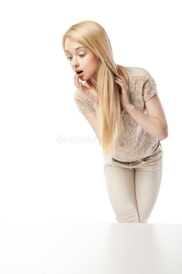 Jeune femme enthousiaste regardant la fenêtre de boutique image libre de droits