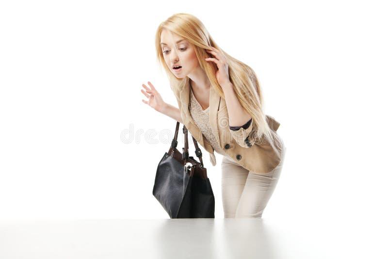 Jeune femme enthousiaste regardant la fenêtre de boutique photos stock