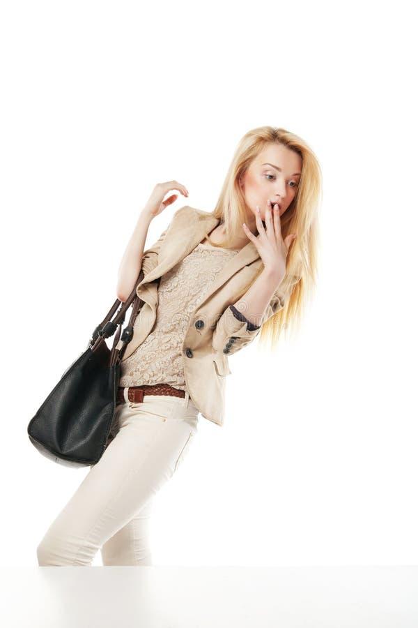 Jeune femme enthousiaste regardant la fenêtre de boutique photographie stock