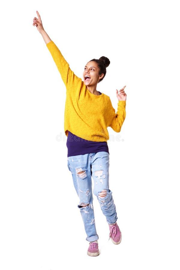 Jeune femme enthousiaste se tenant avec ses bras  photos libres de droits