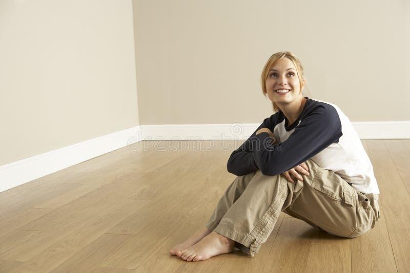 Jeune femme entrant dans la maison neuve photos libres de droits
