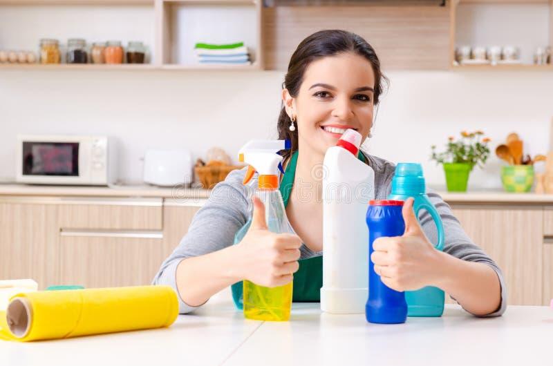 Jeune femme entrepreneuse faisant des travaux ménagers photos libres de droits