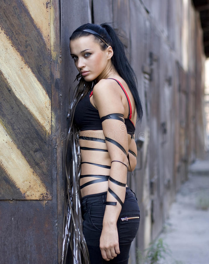 Jeune femme enveloppé avec la bande foncée photos libres de droits