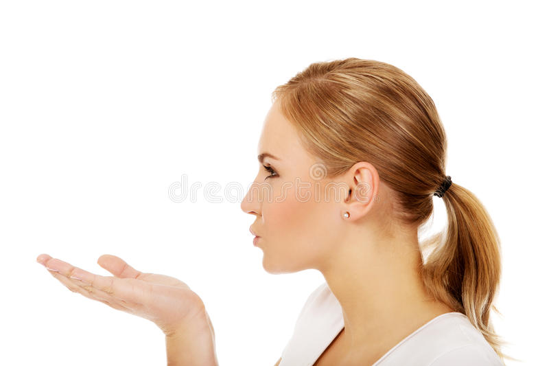 Jeune femme envoyant un baiser images libres de droits
