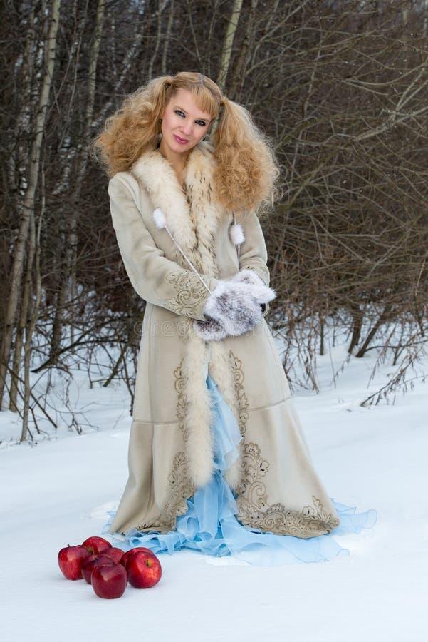 Jeune femme espiègle dans une forêt de l'hiver photo libre de droits