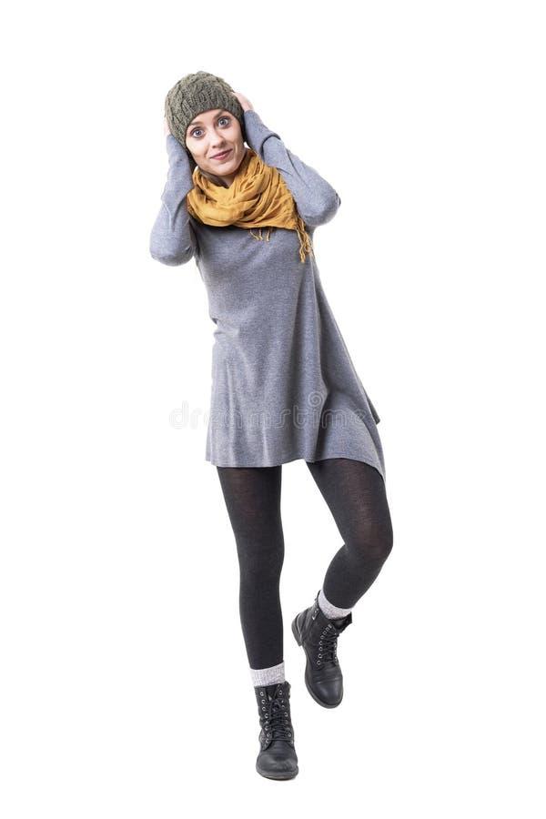 Jeune femme espiègle mignonne équilibrant et se tenant sur une jambe souriant à la caméra photos libres de droits