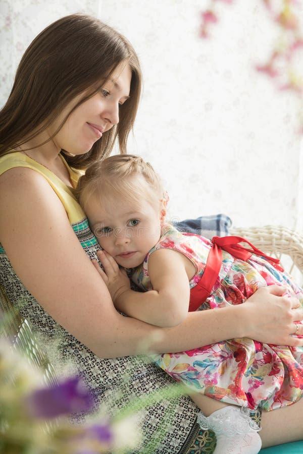 Jeune femme et petite fille sur la terrasse d'été photo libre de droits