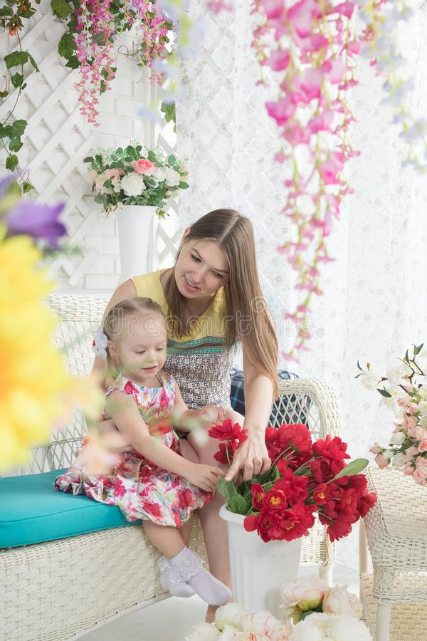 Jeune femme et petite fille sur la terrasse d'été image stock