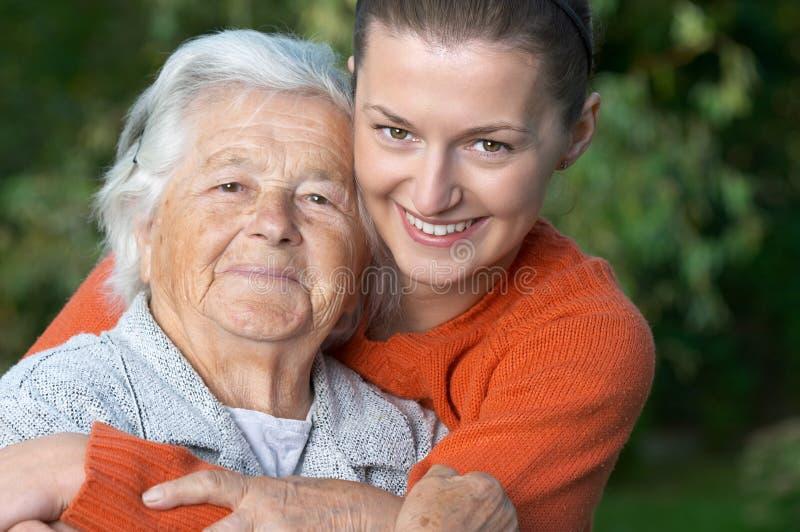 Jeune femme et sa grand-maman photographie stock libre de droits