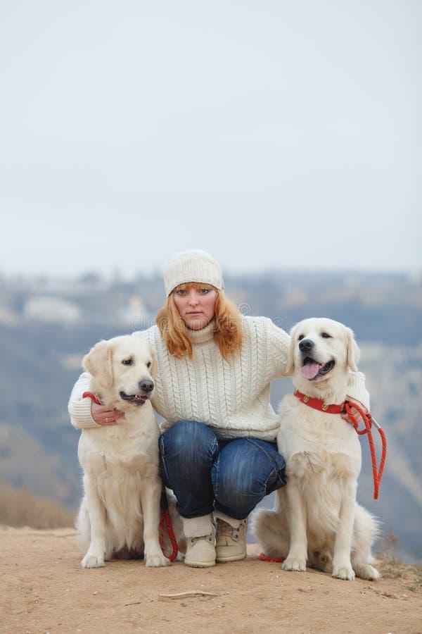 Jeune femme et ses chiens photo stock