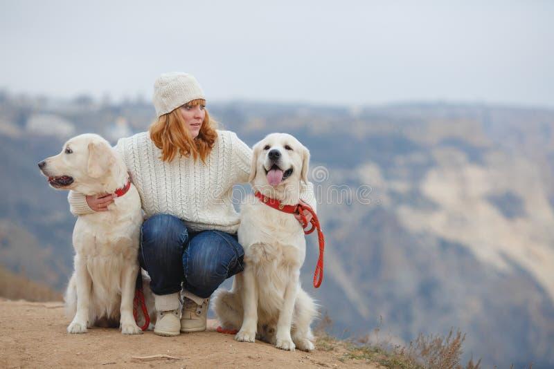Jeune femme et ses chiens photographie stock libre de droits