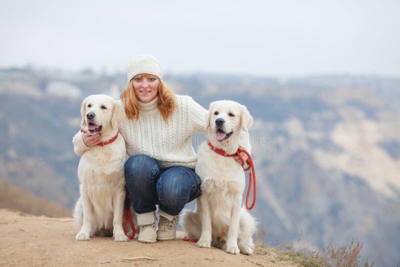 Jeune femme et ses chiens photos stock