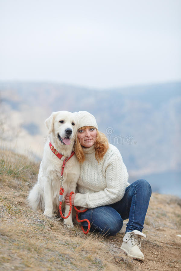 Jeune femme et ses chiens image libre de droits