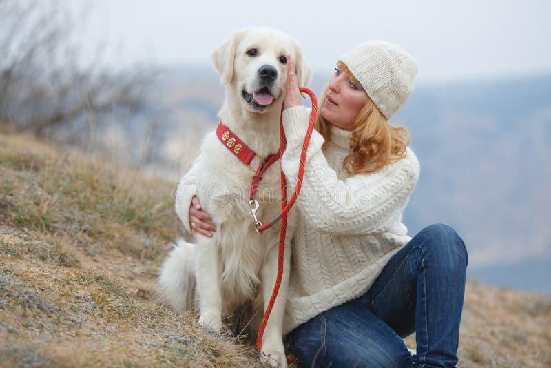Jeune femme et ses chiens photos libres de droits