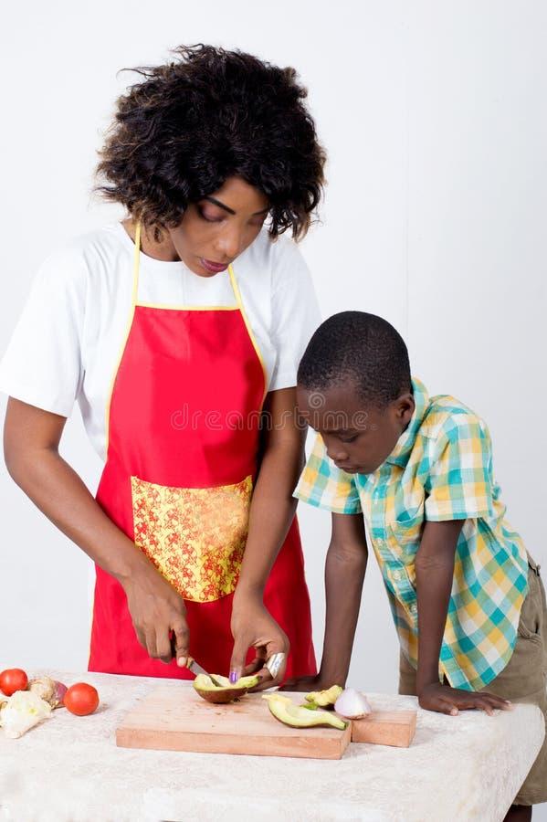 Download Jeune Femme Et Son Cuisinier De Fils Photo stock - Image du fils, cuisinier: 119229268