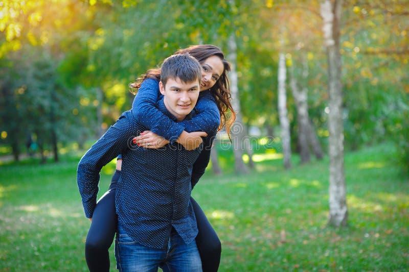 Jeune femme et un homme marchant en parc images stock