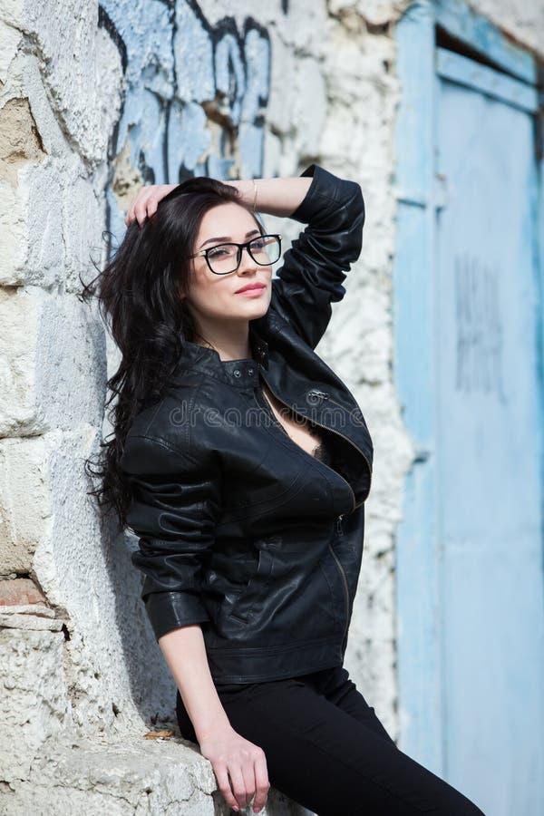 Jeune femme européenne de style de roche belle Jolie fille dans une veste en cuir Portrait de visage de beauté de femme photographie stock