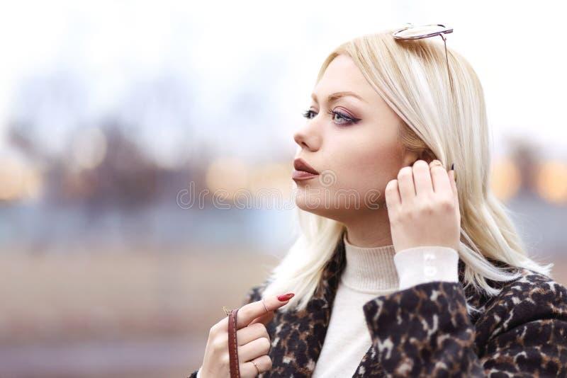 Jeune femme examinant la distance images libres de droits