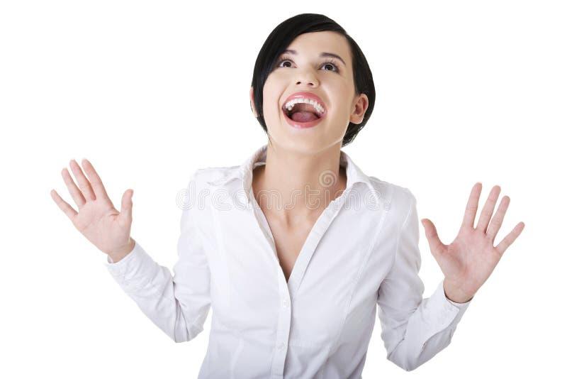 Jeune femme excited étonnée d'affaires recherchant photo stock