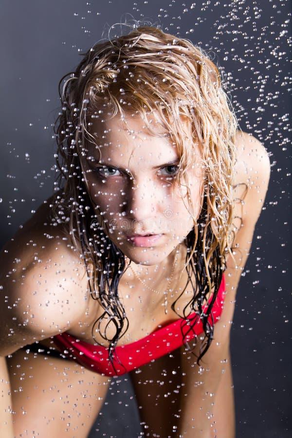 Jeune femme expressive de beauté avec des gouttelettes d'eau photo stock
