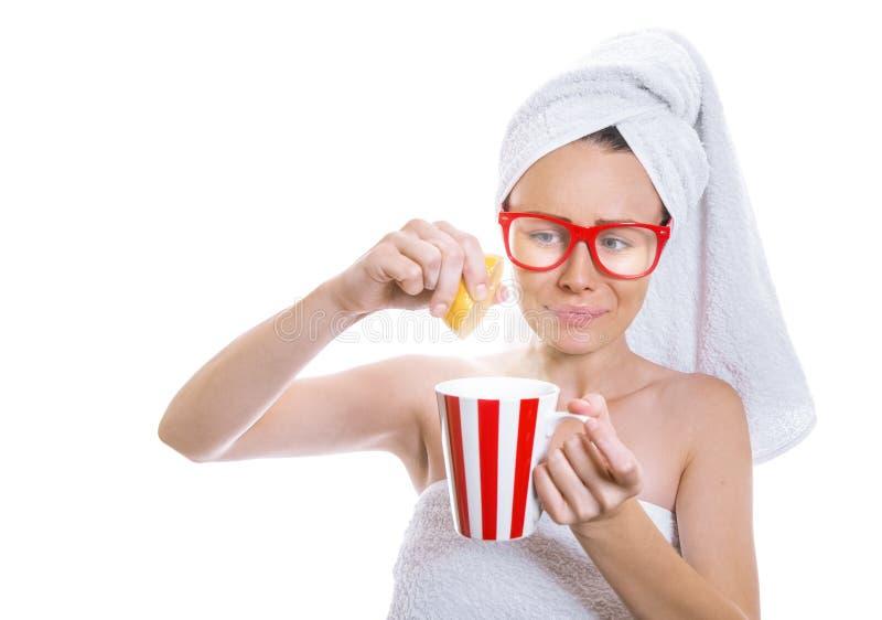 Jeune femme expressive tenant le thé chaud photos stock