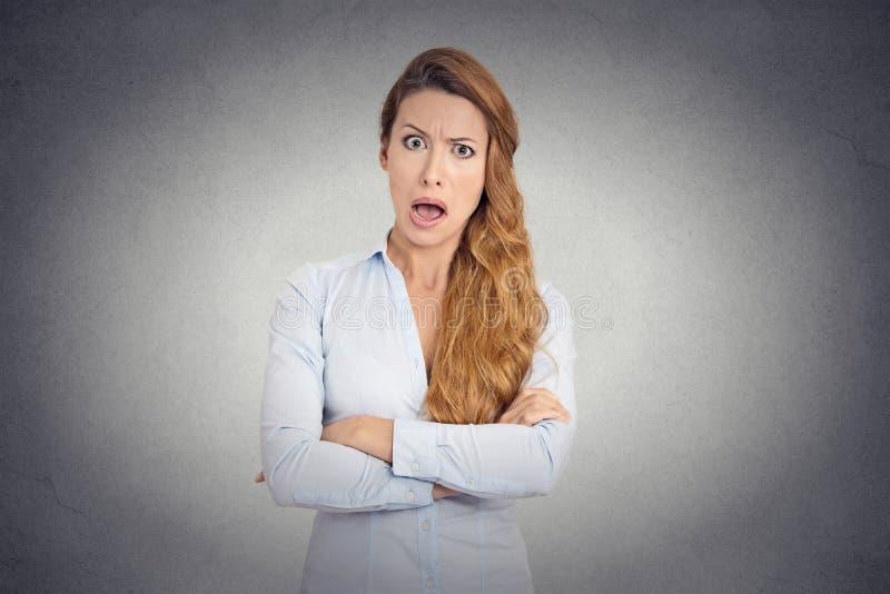 Jeune femme fâchée avec l'expression dégoûtée de visage photographie stock libre de droits