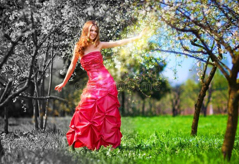 Jeune femme féerique dans la robe rouge images libres de droits