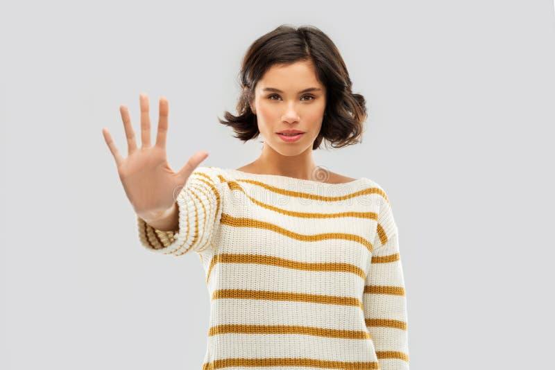 Jeune femme faisant arrêter le geste photographie stock