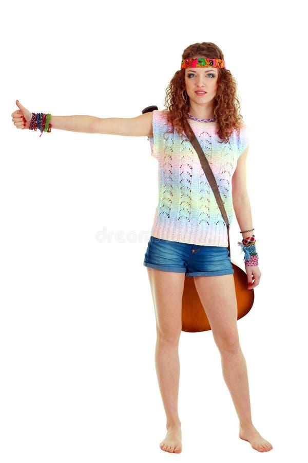 Jeune femme faisant de l'auto-stop image libre de droits