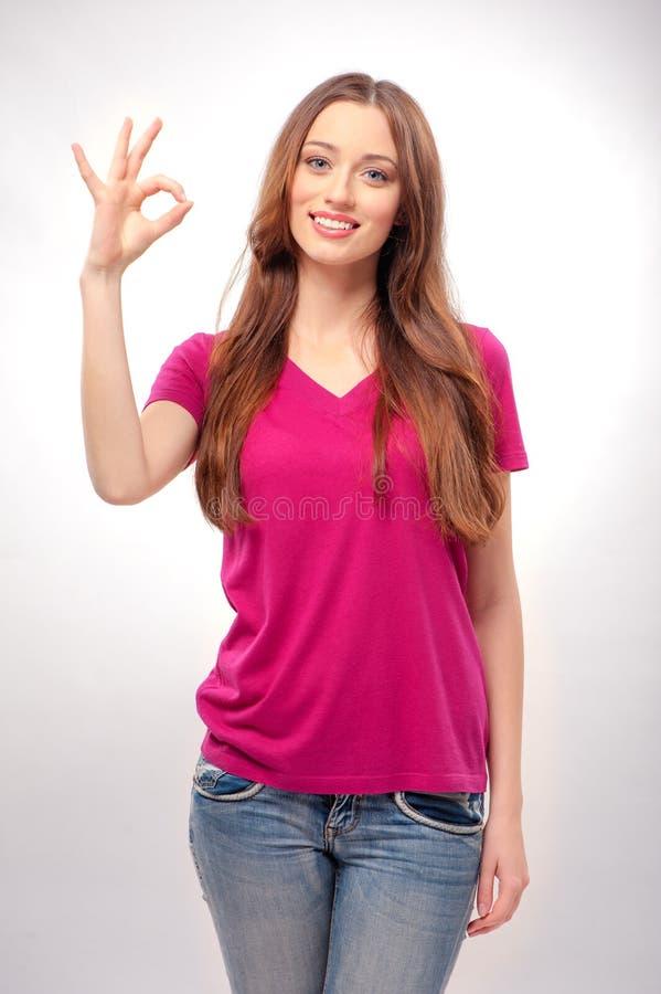 Jeune femme faisant des gestes le signe CORRECT photographie stock libre de droits