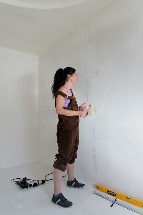 Jeune femme faisant DIY rénovant photos stock