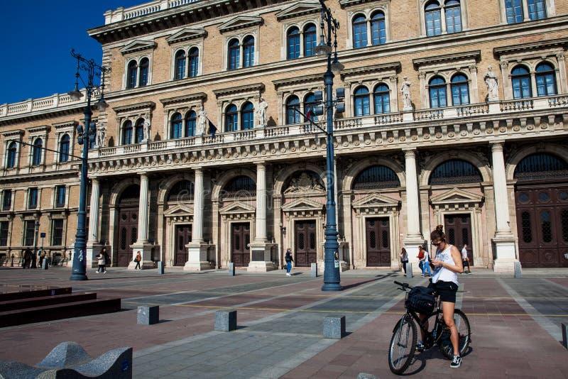 Jeune femme faisant du vélo une belle journée de printemps tôt à la promenade de Danube à Budapest image libre de droits
