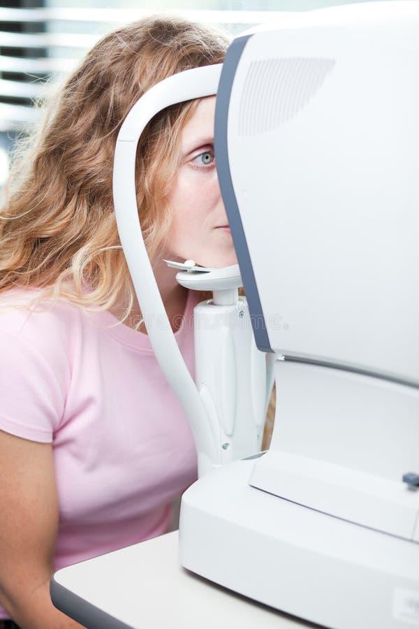 jeune femme faisant examiner ses yeux images stock