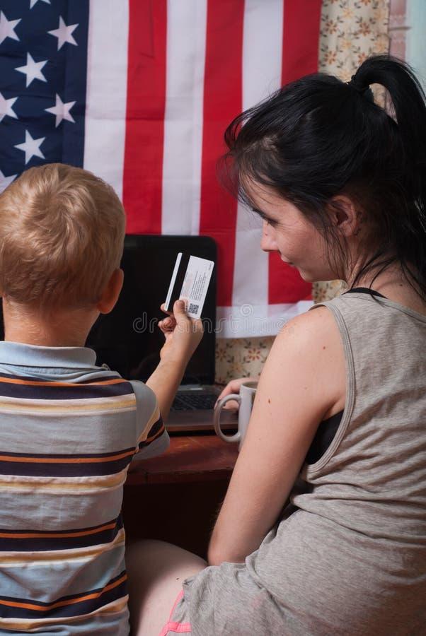 Jeune femme faisant l'achat en ligne avec l'ordinateur portable, images stock