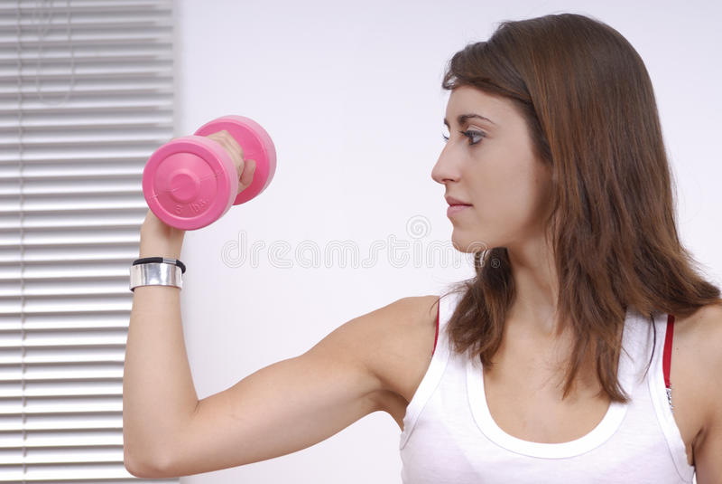 Jeune femme faisant l'exercice photo stock