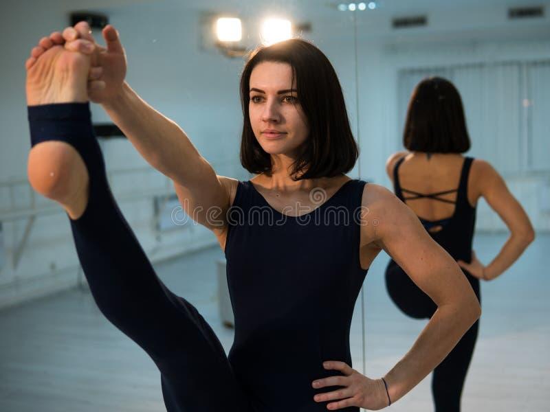 Jeune femme faisant la pose et l'asana de yoga Belle femme appréciant le yoga à l'intérieur dans des vêtements de sport, établiss images libres de droits