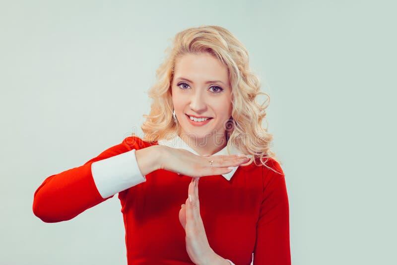 Jeune femme faisant le geste de temporisation image stock