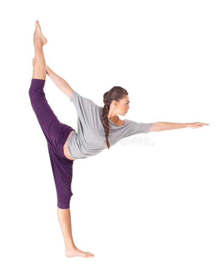 Jeune femme faisant le seigneur d'exercice de yoga de la pose de danse photographie stock