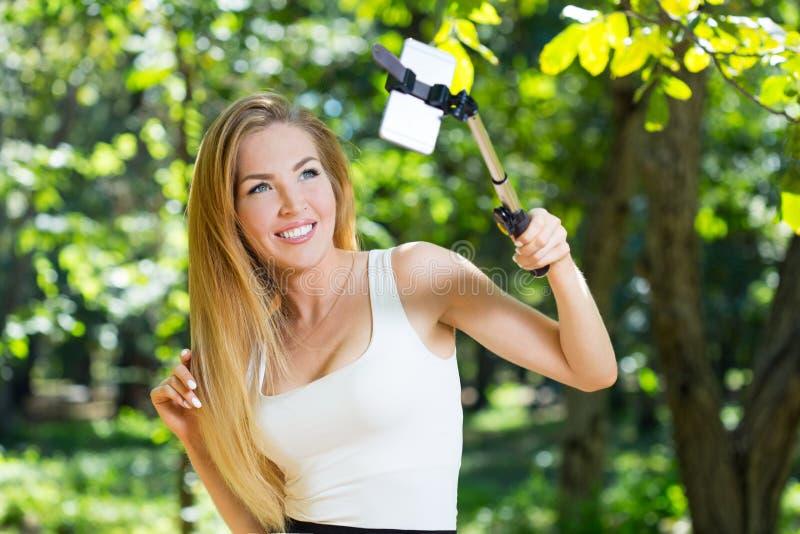 Download Jeune Femme Faisant Le Selfie Photo stock - Image du people, normal: 77153284