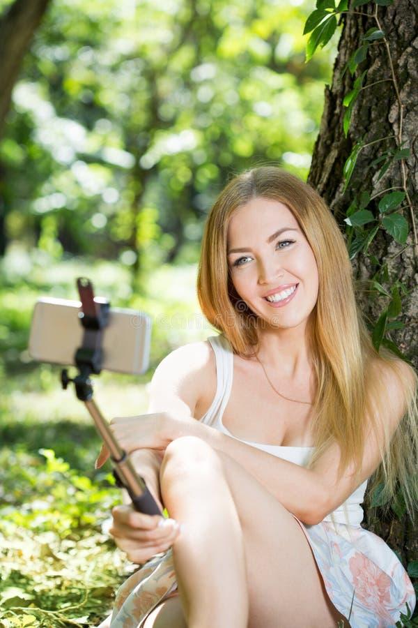 Download Jeune Femme Faisant Le Selfie Image stock - Image du femelle, stationnement: 77155535