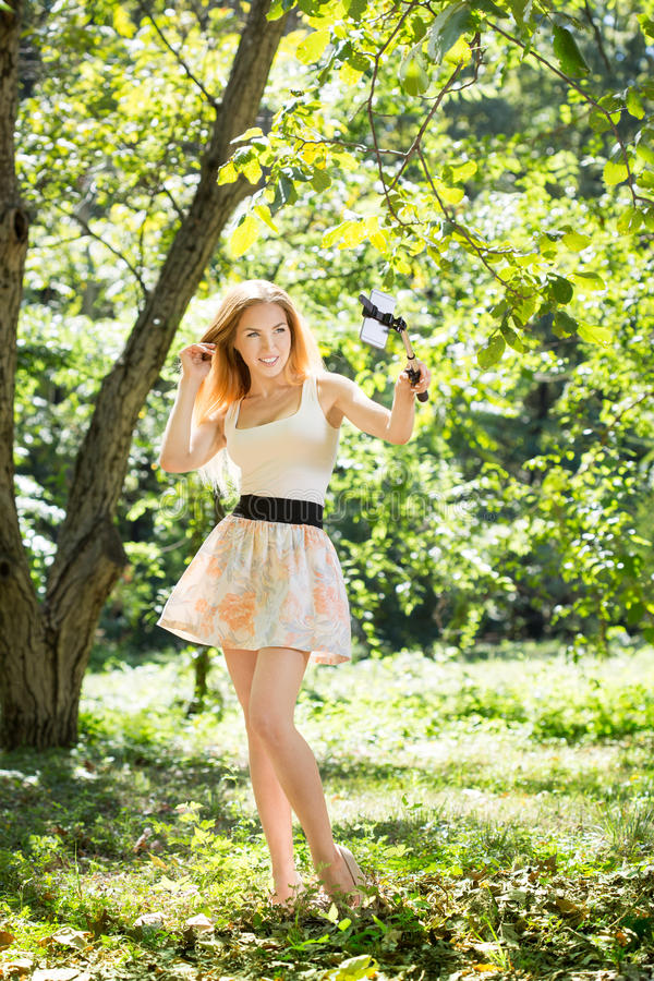 Download Jeune Femme Faisant Le Selfie Photo stock - Image du sourire, vert: 77155742