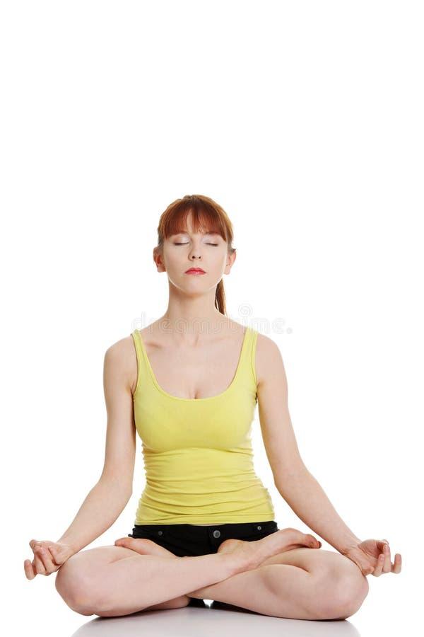 Jeune femme faisant le yoga image libre de droits
