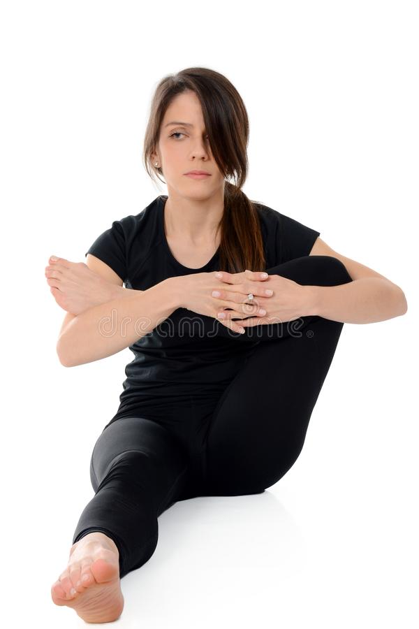 Jeune femme faisant le yoga d'isolement sur le blanc photographie stock libre de droits