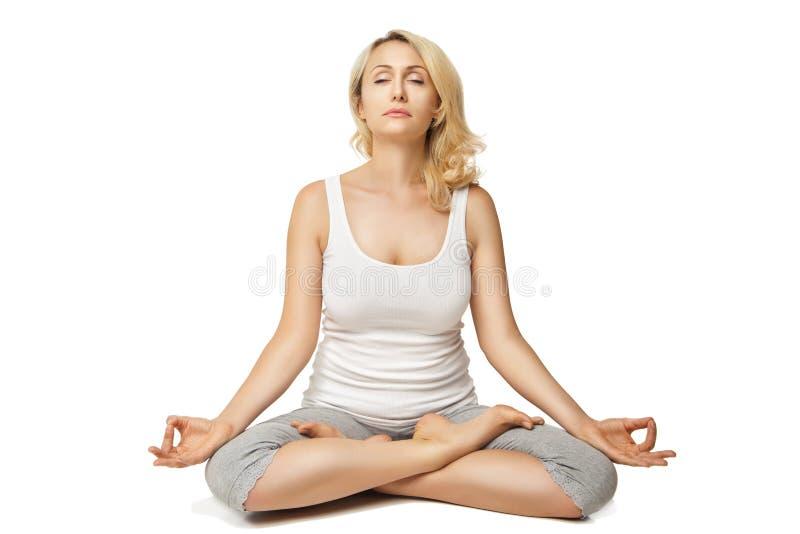 Jeune femme faisant le yoga sur le fond blanc images libres de droits